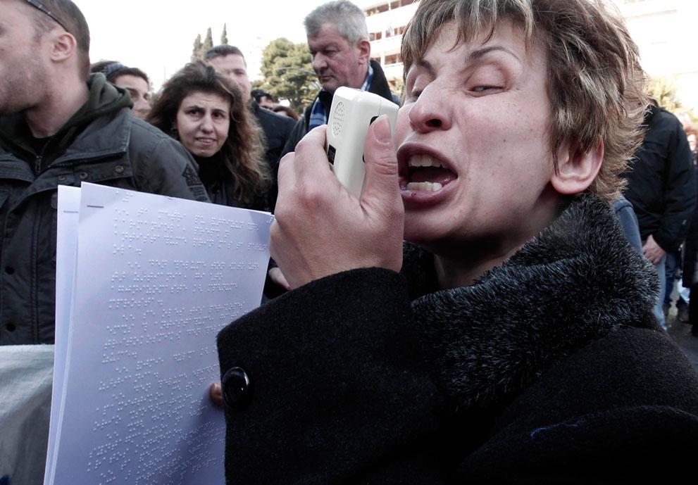 Ριζοσπάστης για βουλευτές ΣΥΡΙΖΑ: Είσαι παρών; Κοροϊδία. Είσαι απών; Προδοσία