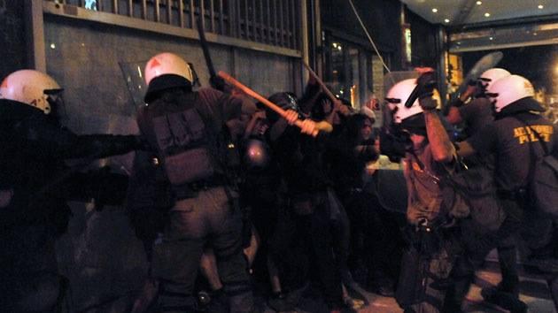 Οι γιατροί του Τζάνειου καταγγέλλουν την αστυνομική βία