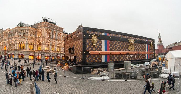 Δε θέλουν το Louis Vuitton μπαούλο στην Κόκκινη Πλατεία; Φέρτε το στην Ακροπόλη!
