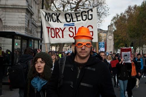 Ο Βαρουφάκης στηρίζει εκλογικά τον άνθρωπο που τριπλασίασε τα δίδακτρα στη Βρετανία!