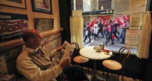 Πάσχος Μανδραβέλης: Ο άνθρωπος που έβλεπε τις διαδηλώσεις να περνούν